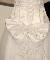 الفساتين المزينة بالفيونكات لإطلالة رومانسية